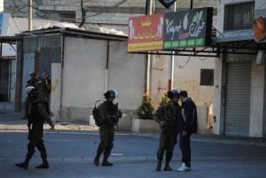 Palestino desarmado enfrenta a soldados israelíes durante una protesta cerca del campamento de refugiados de Jelazon, al norte de Ramalah, Cisjordania. Crédito: Mel Frykberg/IPS
