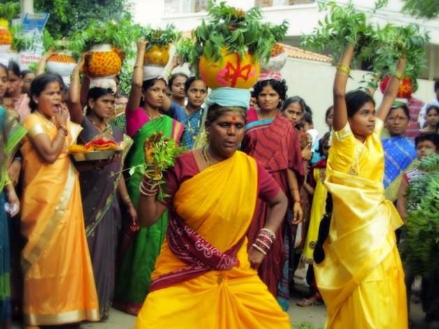 """""""Joginis"""", también conocidas como las """"esclavas del templo"""" de India, bailan durante un festival religioso. Crédito: Stella Paul/IPS"""