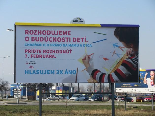 """En este cartel relativo al referendo sobre el matrimonio en Eslovaquia se lee """"decidiremos sobre el futuro de los niños. Protejamos su derecho a tener una madre y un padre"""". Crédito: Pavol Stracansky / IPS"""
