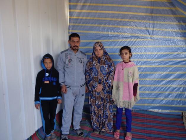 La familia Qassem se quedó sin vivienda cuando los bombardeos israelíes durante la guerra de 2007 y 2008 entre Israel y Gaza alcanzaron su casa. Crédito: Mel Frykberg/IPS