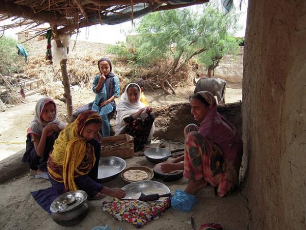 Niñas de la aldea de Sonu Khan Almani, en la provincia de Sindh, en Pakistán, realizan la mayoría de las tareas domésticas, como cocinar pan. Crédito: Zofeen Ebrahim/IPS