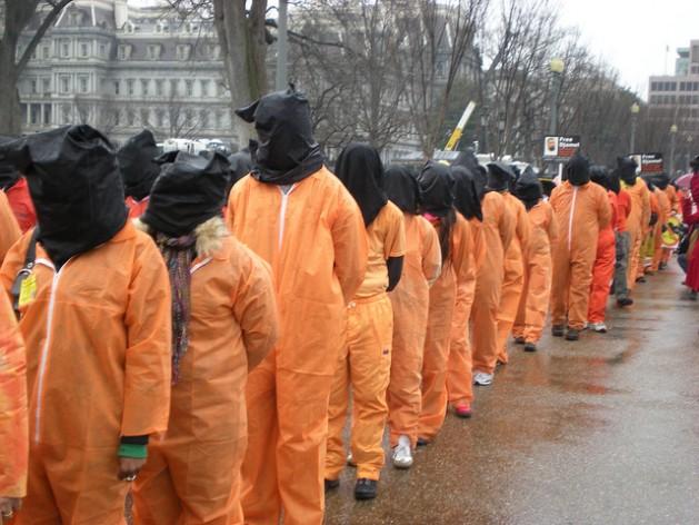 Manifestantes frente a la Casa Blanca en Washington protestan contra la tortura en el décimo aniversario de la apertura de la prisión de Estados Unidos en Guantánamo, Cuba. Charles Davis/IPS