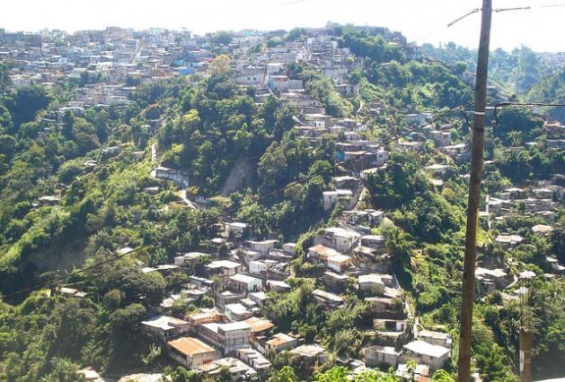 Una villa de emergencia en Guatemala. El PNUD calcula que más de 1,5 millones de personas en América Latina caerán en la pobreza para fines de 2015. Crédito: Danilo Valladares/IPS