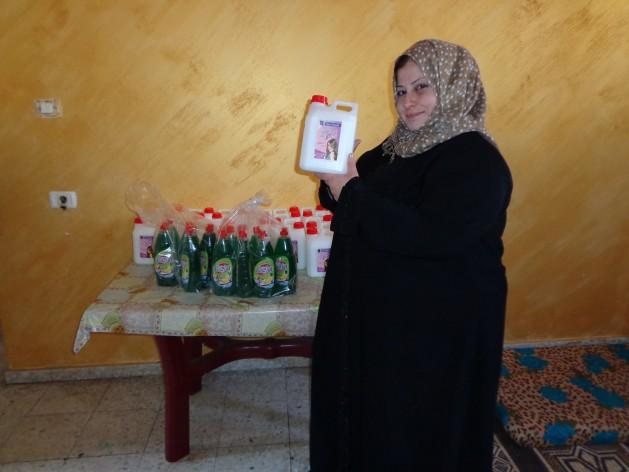 Islam Iliwa perdió su casa y su empresa de productos de limpieza en Gaza a raíz de un bombardeo israelí. Crédito: Mel Frykberg/IPS