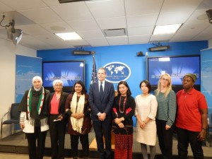 Siete de las 10 galardonadas con el Premio Internacional al Valor de las Mujeres (IWOC) 2015, del Departamento de Estado de Estados Unidos posan con Richard Stengel, subsecreatario para asuntos y diplomacia pública. Credito: Kanya D'Almeida/IPS