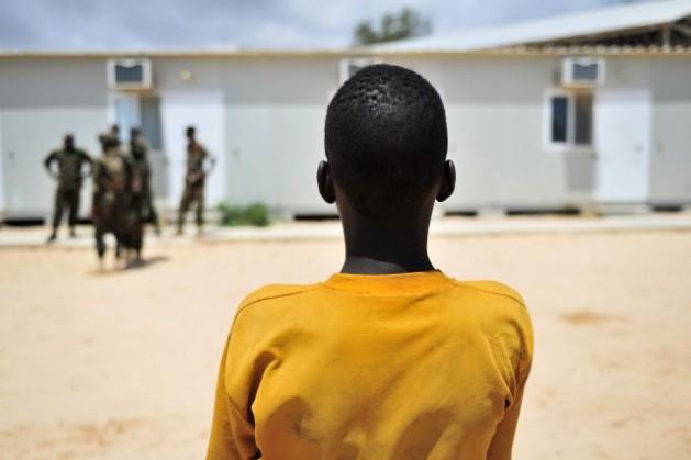 Niños que fueron reclutados por el grupo yihadista Al Shabaab en Somalia son entregados a Unicef, en noviembre de 2012. Crédito: ONU/Tobin Jones