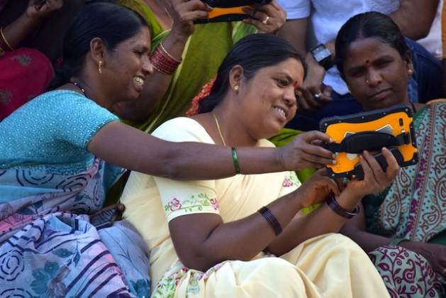 Socias de un colectivo de agricultoras aprenden a usar un dispositivo que envía boletines diarios sobre patrones climáticos, cultivos y otros asuntos de importancia para las comunidades agrícolas en India. Crédito: Stella Paul/IPS