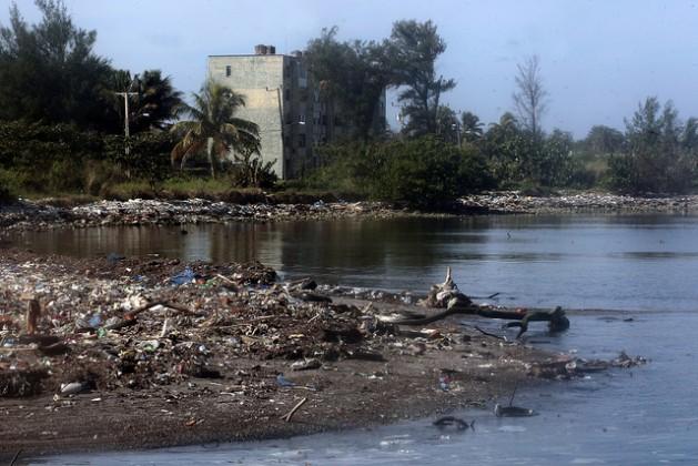 El río Quibú, que pasa por el barrio del Náutico en La Habana, siempre está lleno de basura. Crédito: Jorge Luis Baños / IPS