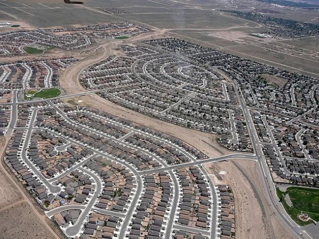 Una imagen típica de la clase de subdivisiones que caracterizan a la expansión suburbana. Nuevo México, Estados Unidos. Crédito: Riverrat303 - CC BY-SA 3.0 via Wikimedia Commons