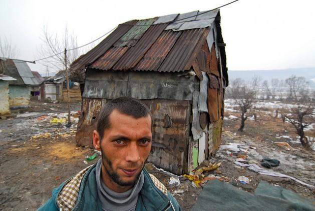 Este hombre vive en la casa de chapa que aparece detrás de él, en Eslovaquia, un Estado miembro de la Unión Europea. Foto: Mano Strauch © Banco Mundial