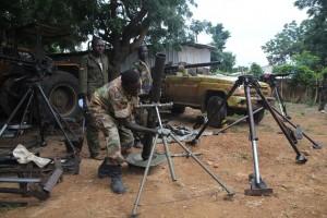 Fuerzas insurgentes limpian las armas que aseguran haber tomado del ejército de Sudán. Crédito: Jared Ferrie/IPS