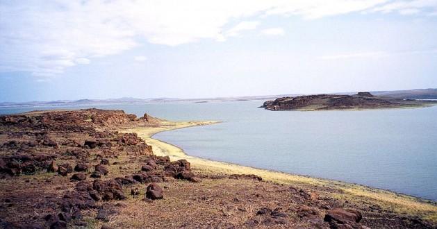 """El lago Turkana es conocido como """"la cuna de la humanidad"""". La supervivencia del pueblo kwegu, que vive en su entorno, correrá riesgo si se concreta el proyecto de la represa Gibe III. Crédito: CC-BY-SA-3.0 via Wikimedia Commons"""