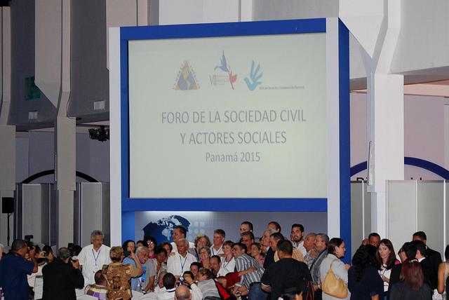 Participantes en el Foro de la Sociedad Civil y Actores Sociales de la VII Cumbre de las Américas se hacen una autofoto de recuerdo el día 10 de abril, al final del encuentro de tres días en Ciudad de Panamá. Crédito: VII Cumbre de las Américas