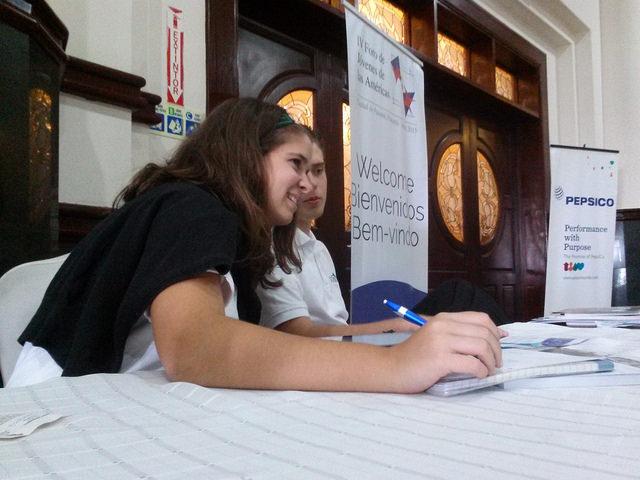Dos jóvenes participan en un foro especial sobre los retos y nuevos escenarios de la juventud americana, el jueves 9 de abril en Ciudad de Panamá, en el marco de la VII Cumbre de las Américas. Crédito Ivet González/IPS