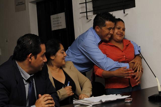 Uno de sus abogados defensores abraza a Carmelina Pérez cuando un juez de un tribunal de apelación del oriente de El Salvador la declaró inocente de homicidio, el 23 de abril, después de haber sido condenada a 30 años en junio de 2014, tras sufrir un aborto. En El Salvador las mujeres, particularmente las pobres, sufren la penalización absoluta de la interrupción del embarazo. Crédito: Edgardo Ayala/IPS