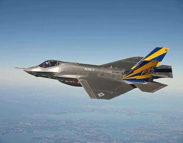 El avión de combate F-35C, de la Armada de Estados Unidos, en vuelo de prueba sobre la Bahía de Chesapeake. Crédito: dominio público