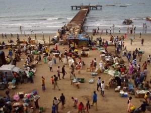 Mercado de pescado en Bakau, Gambia. La difícil situación de los pescadores artesanales de este y otros países de África occidental podría mejorar tras el fallo histórico del Tribunal Internacional del Derecho del Mar. Crédito: Ralfszn. Bajo licencia GFDL vía Wikimedia Commons