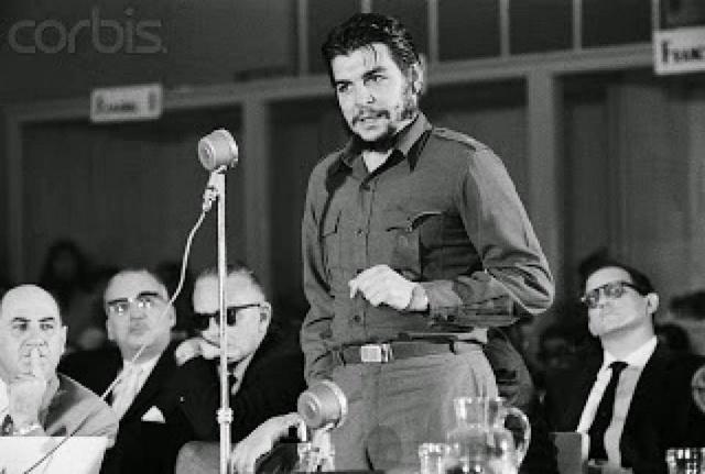 """Ernesto """"Che"""" Guevara, durante el famoso discurso que pronunció el 8 de agosto de 1981 en Consejo Interamericano Económico y Social, en la ciudad uruguaya de Punta del Este, la última cumbre continental en que participó Cuba, en una exclusión que finalizará durante la VII Cumbre de las Américas, el 10 y el 11 de abril, en Ciudad de Panamá. Crédito: Dominio Público"""