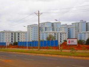 Ciudad Kilamba, un barrio construido íntegramente por empresas chinas en el sur de Luanda, la capital de Angola, para acoger a medio millón de personas, con edificios de cinco a 13 pisos, ascensores inteligentes, escuelas, comercios y locales de ocio. Crédito: Mario Osava /IPS