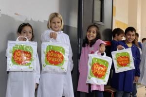 """Como parte de la campaña de Milán que promueve una política alimentaria urbana que sea sostenible, a los escolares se les exhorta que lleven a sus casas las sobras de los alimentos no perecederos en una bolsa que dice """"Yo no desperdicio"""". Crédito: Ayuntamiento de Milán."""