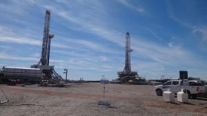 El campamento de Loma Campana, donde YPF y Chevron producen petróleo de esquisto, en la provincia de Neuquén, en el suroeste de Argentina. El hundimiento de los precios petroleros no ha alterado hasta ahora el costoso desarrollo de este hidrocarburo no convencional. Crédito: Fabiana Frayssinet/IPS