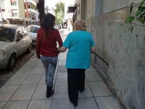 Una adulta mayor se apoya en una cuidadora, camino de una vecina consulta de un traumatólogo, en una calle del barrio Norte de Buenos Aires, en Argentina. Crédito: Fabiana Frayssinet/IPS