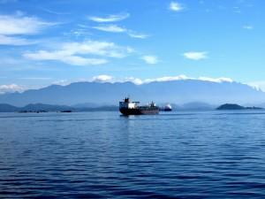 Un barco petrolero surca la bahía de Guanabara, en la costa de Río de Janeiro, en Brasil. A unos 250 kilómetros de la costa se ubica un yacimiento de petróleo presal, la gran riqueza económica de la llamada Amazonia Azul. Crédito: Fabíola Ortiz/IPS