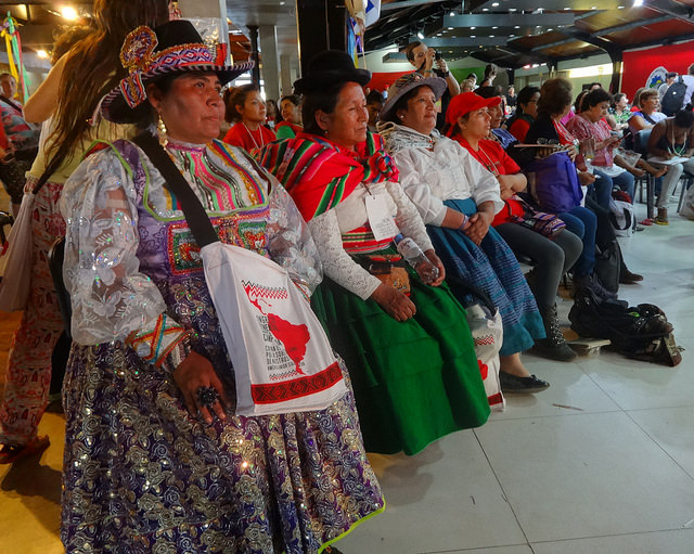 Un grupo de mujeres indígenas participan en uno de los debates de la V Asamblea Continental de Mujeres del Campo, en el marco de VI Congreso de la Coordinadora Latinoamericana de Organizaciones del Campo-Vía Campesina, celebrado en la localidad argentina de Ezeiza, en el Gran Buenos Aires. Crédito: Fabiana Frayssinet /IPS