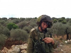 El comandante israelí que impidió el acceso de IPS a la aldea de Kafr Qadum durante dos horas mientras se producían enfrentamientos en el lugar. Crédito: Mel Frykberg / IPS