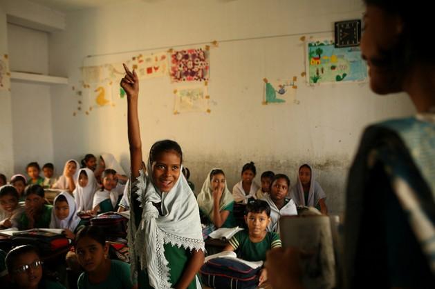 Una clase en la escuela pública Ibrahim Hazi en Dacca, la capital de Bangladesh. Crédito: Shafiqul Alam Kiron / IPS