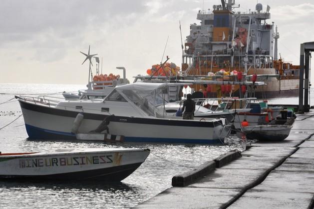 Pescadores de Granada se preparan para salir al mar. Se quejan que en los últimos tiempos disminuyó la pesca y su modo de ingreso están peligro por el cambio climático. Crédito: Desmond Brown/IPS.