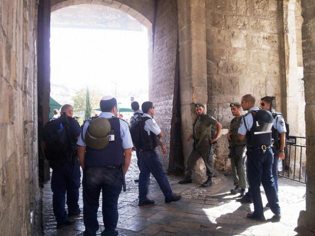 Soldados y policías israelíes impiden el ingreso de palestinos a una de las entradas a la ciudad vieja de Jerusalén. Crédito: Mel Frykberg / IPS