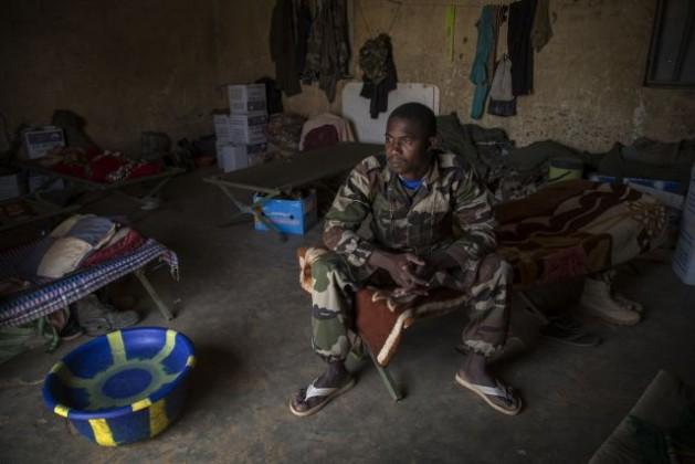 Un integrante de la fuerza de paz de la ONU está listo para comenzar a patrullar en el batallón de Níger en Menaka, en el este de Malí, en febrero de 2015. Crédito: Marco Dormino/ONU