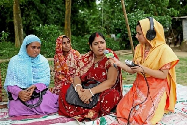 Las radios comunitarias de Bangladesh permiten a las informativistas discutir temas relevantes para las mujeres rurales. Crédito: Naimul Haq/IPS