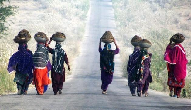 Las mujeres en Pakistán están en peor situación que sus congéneres de los países vecinos en términos de resiliencia al cambio climático. Crédito: Ali Mansoor/IPS.