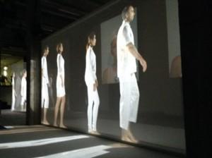 """Una escena de """"Las increíbles aventuras de los inmigrantes"""" del artista singapurense Ong Keng Sen en """"Singapur en Francia, el festival"""", que procura remarcar el poder de la cultura y su """"capacidad para reunir a la gente y cruzar fronteras"""". Crédito A.D. McKenzie/IPS"""
