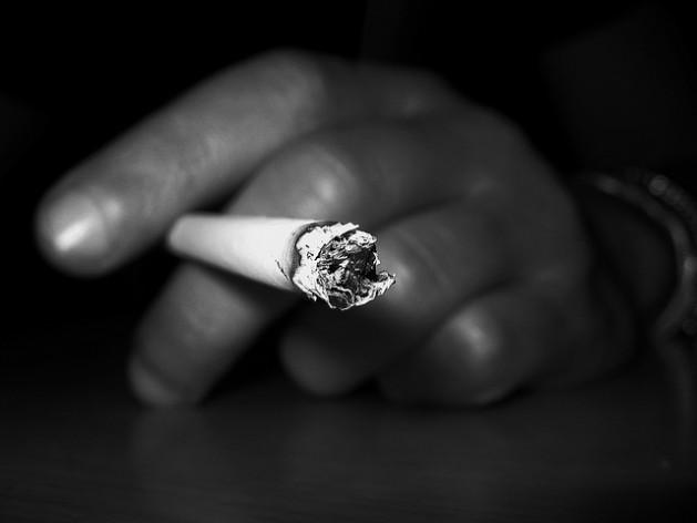 Según la Organización Mundial de la Salud, en 2025 habrá entre 1.500 y 1.900 millones de fumadores y fumadoras en todo el mundo. Crédito: Marius Mellebye / CC-BY-2.0