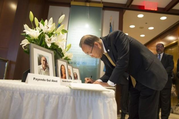 El secretario general, Ban Ki-moon, firma un libro de condolencias en la sede de Unicef. Varios empleados de la agencia murieron el 20 de abril en un atentado en los alrededores de la ciudad de Garowe, en Somalia. Crédito: Eskinder Debebe/ONU.