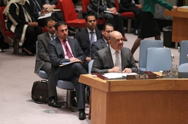 El 14 de abril el Consejo de Seguridad aprobó la resolución 2216, que impuso sanciones a las personas que socavan la estabilidad de Yemen. Jaled Hussein Mohamed Alyemany (al centro), embajador yemení ante la ONU. Foto: Devra Berkowitz/ONU