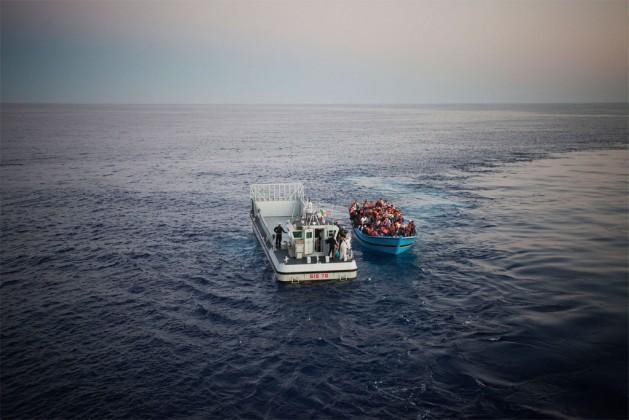 Un barco lleno de refugiados, algunos necesitados de la protección internacional, es rescatado en el mar Mediterráneo por la marina italiana. Crédito: A. D'Amato/ACNUR