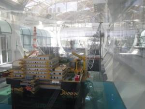 Maqueta de una de las plataformas petroleras para la extracción en alta mar del crudo presal, expuesta dentro del Centro de Investigaciones de la empresa estatal Petrobras, en Río de Janeiro, en Brasil. Crédito: Mario Osava/IPS