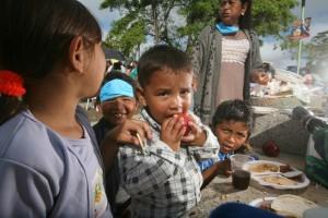 Distribución de alimentos en una localidad del estado mexicano de Tabasco, parte de uno de los muchos programas que se establecieron en América Latina los últimos 15 años para reducir el hambre. Crédito: Mauricio Ramos/IPS