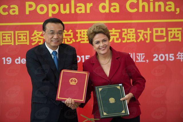 El primer ministro de China, Li Keqiang, y su anfitriona, la presidenta de Brasil, Dilma Rousseff, en el acto de la firma de los acuerdos con que concluyó la visita de dos días del gobernante asiático a Brasilia, el 19 de mayo. Crédito: EBC
