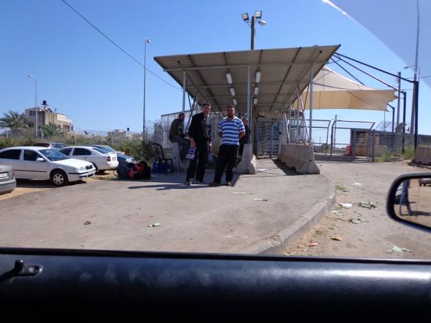El puesto de control fronterizo de Azzum Atme, entre Cisjordania a Israel, donde cientos de trabajadores palestinos viajan a Israel cada día en los autobuses israelíes. Crédito: Mel Frykberg/IPS