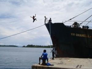 El transporte en las islas del Pacífico, incluido el de los barcos de carga, depende en gran medida de los combustibles fósiles. Crédito: Catherine Wilson/IPS