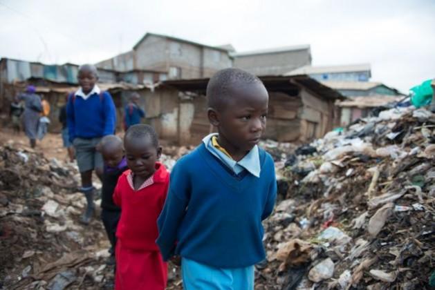 Niños en camino a la escuela en Kibera, el mayor tugurio de Nairobi. Crédito: Save the Children