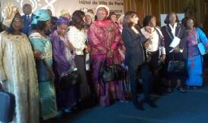 La alcaldesa de París, Anne Hidalgo, delante en el centro, rodeada de alcaldesas africanas que reclaman una mayor atención a las localidades sin electricidad en África. Crédito: A.D. McKenzie/IPS