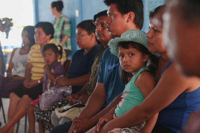 Indígenas bribri reunidos en 2015 con la viceministra Ana Gabriel Zuñiga, de Costa Rica, por la violencia que soportan por la invasión de sus tierras. Crédito: Cortesía de Casa Presidencia de Costa Rica.