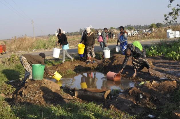 Lo quieran o no, muchos africanos posiblemente solo puedan acceder al agua potable mediante contadores prepagos, por lo que optaron por buscar el líquido en fuentes sin protección y cuya potabilidad no es segura. Crédito: Jeffrey Moyo/IPS
