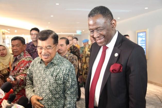 El vicepresidente de Indonesia, Jusuf Kalla, y el director ejecutivo del Fondo de Población de las Naciones Unidas (UNFPA), Babatunde Osotimehin, conversan sobre cómo este país puede aprovechar su dividendo demográfico, en el marco del Foro Económico Mundial sobre Asia Pacífico el 20 de abril. Crédito: Cortesía UNFPA Indonesia.